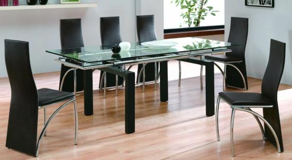 designer-glasstische-neben-schwarzen-stühlen