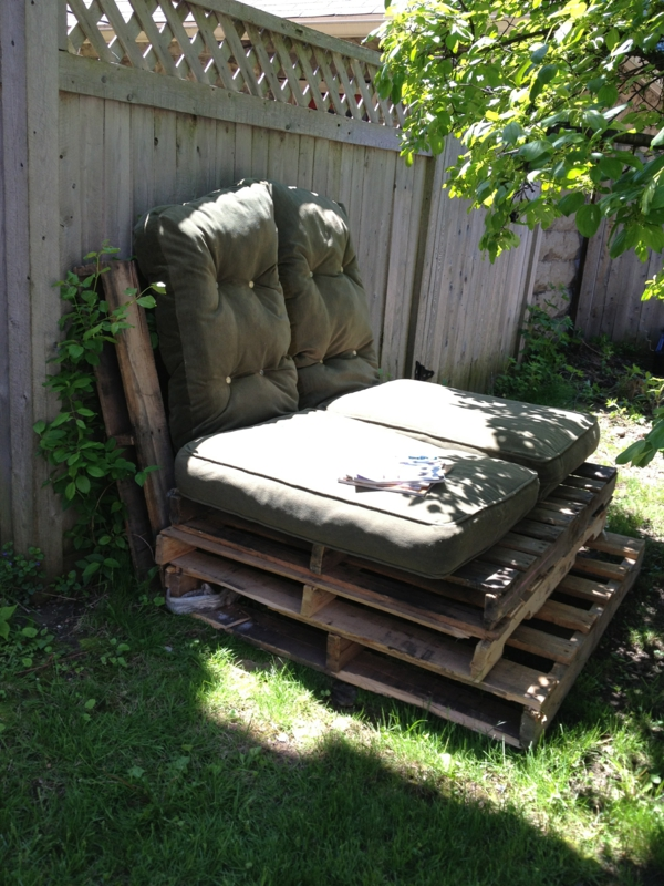 do-it-yourself-ideen-sofa-aus-paletten- im garten