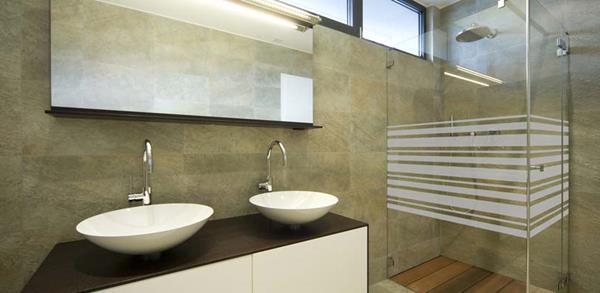 effektvolle-Sichtschutzfolie-für-Badezimmer-Duschkabine