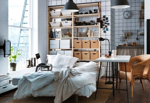 einrichtungstipps-fürs- wohnzimmer-ikea-gestaltung - viele regale