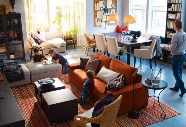 einrichtungstipps-fürs- wohnzimmer-neue-ikea-trends - brauenes sofa