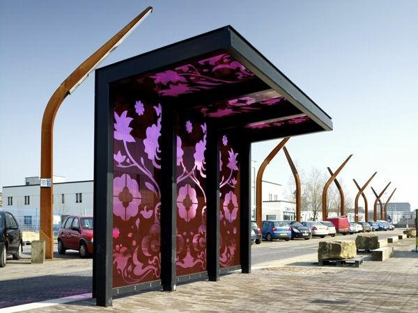 schöne-einzigartige-Bushaltestelle-mit-lila-ornamenten