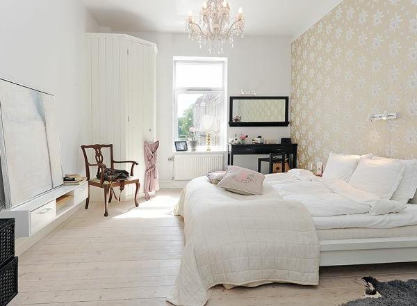 weißes schlafzimmer im nordischen stil - eleganter kronleuchter