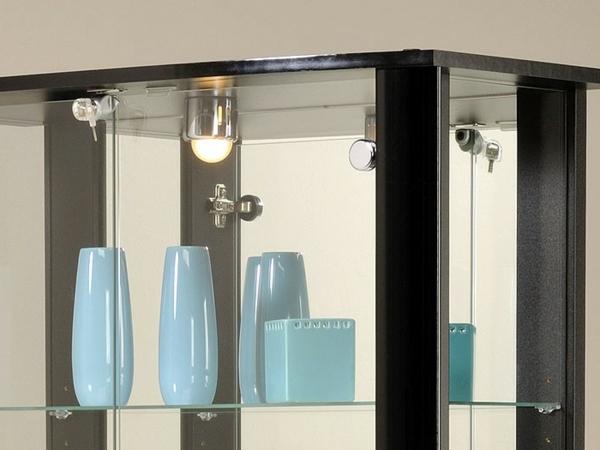 elegante-glasvitrine-in-schwarz-blaue vasen darin