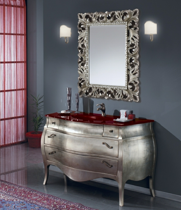 elegante-schwarze-wand-und-barock-spiegel-mit-silberrahmen- rote gardinen daneben