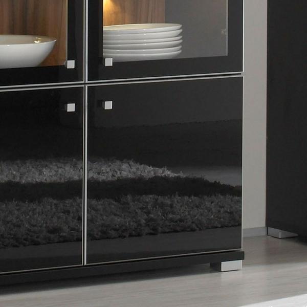 elegante-und-moderne-glasvitrine-in-schwarz-weiße-teller-darin