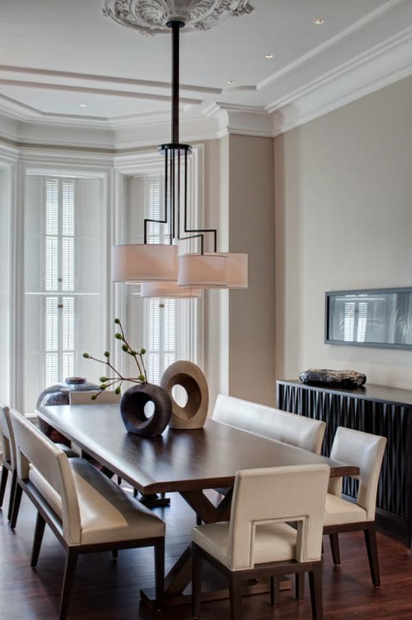 elegantes-esszimmer-mit-einem-großen-esstisch-und-einem-modernen-sitzbank- interessanter lüster