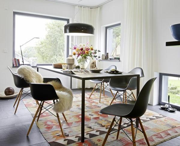 elegantes-esszimmer- im skandinavischen stil - weiße gardinen