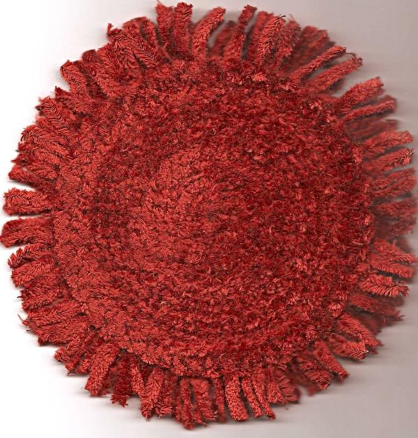 elegantes-modell-in-roter-farbe-kleine-runde-teppiche-foto von oben genommen