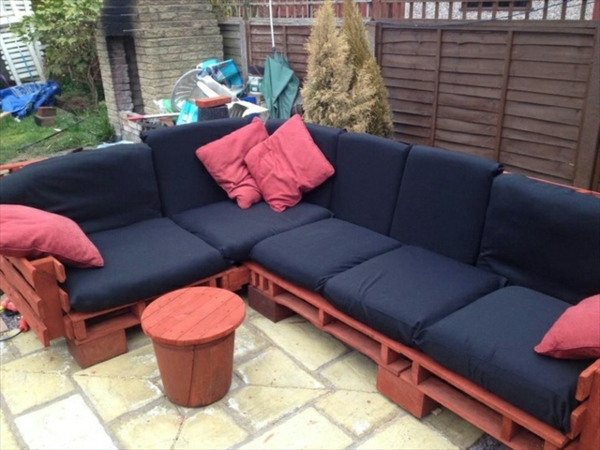 elegantes-sofa-aus-paletten-mopdenr-gestaltung- rosige kissen