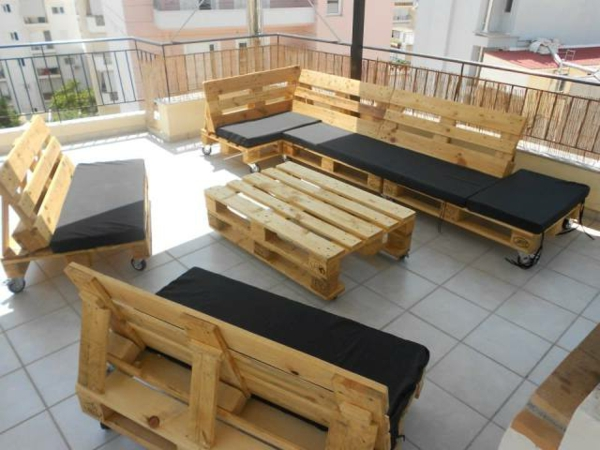 sofa aus paletten 42 wundersch ne bilder. Black Bedroom Furniture Sets. Home Design Ideas