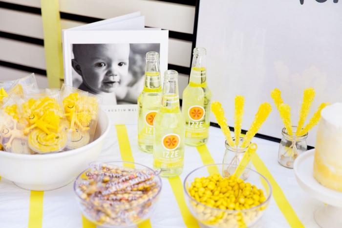 kindergeburtstag tischdeko, kids party world, erster geburtstag deko in gelb und weiß
