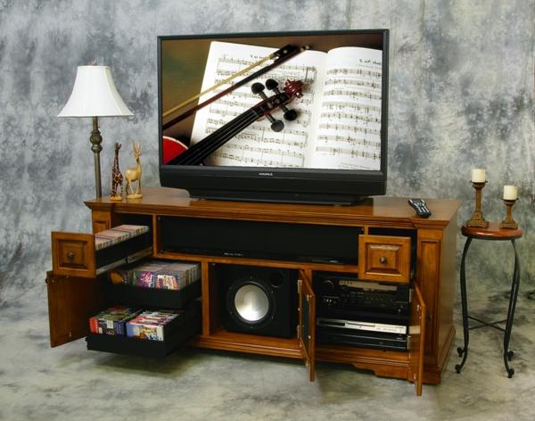 exklusive-tv-möbel-aus-holz- eine lampe daneben