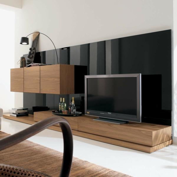 exklusive-tv-möbel-schwarze-wand-dahinter- hölzerne möbel