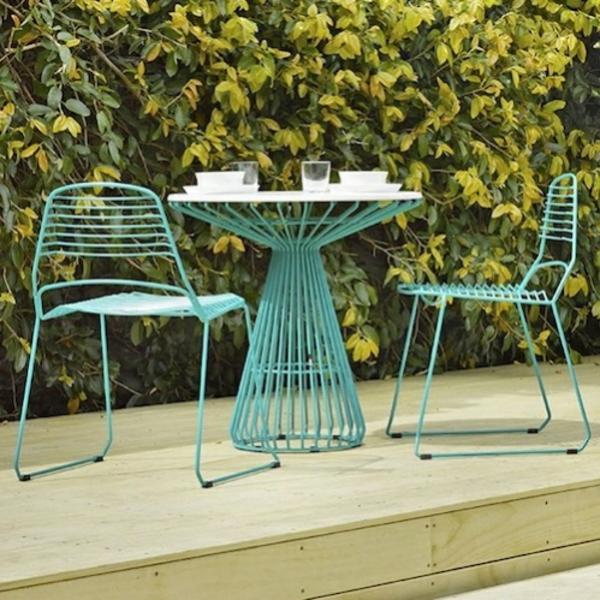 farbige-grüne-Metallstühle-mit-einem-kleinen-Gartentisch