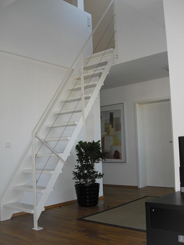 flachstahlwangentreppe-in-weißer-Farbe-Wohnidee-Platzsparende Treppen