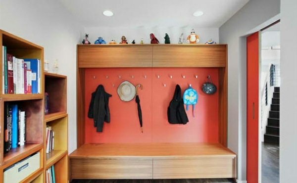 flur-einrichten-gestalten-orange-aufhänger-kleider