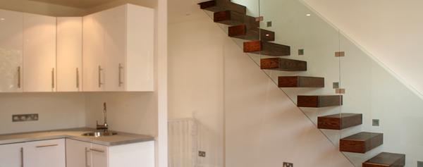 freischwebende-treppe-mit-glasgeländer-bauen