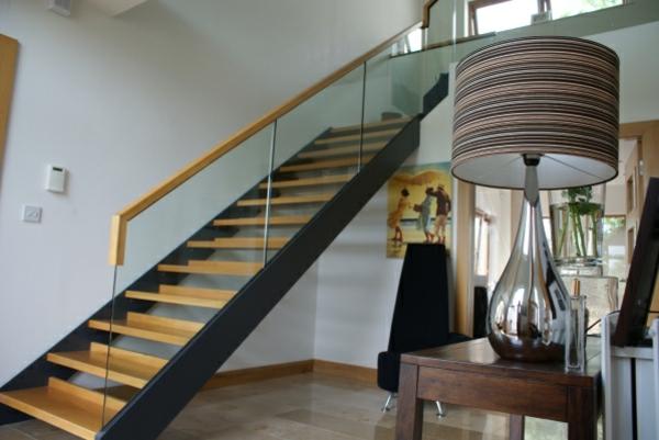 schöne-freischwebende-treppen-mit-glaszaun