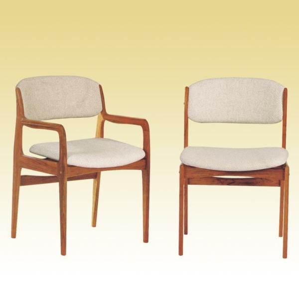 zwei schöne stühle  - gelber hintergrund