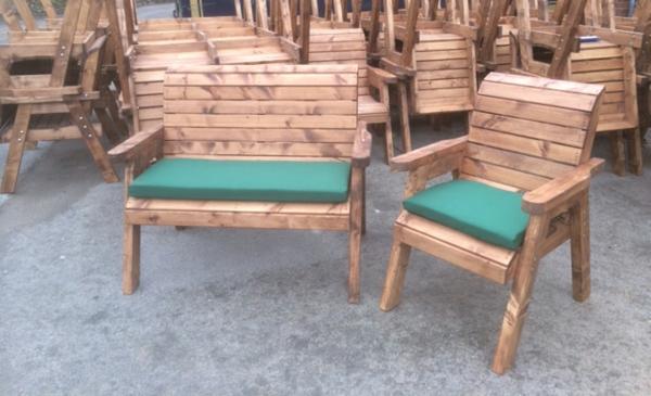 Gartenstühle-mit-grünen-kissen-gartendesign