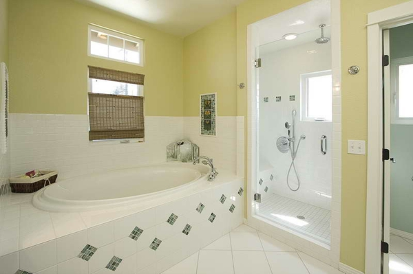 gardinen-für-kleine-fenster-für-eine-schöne-badezimmer-gestaltung- weiße badewanne