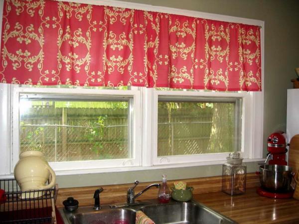 gardinen-für-kleine-fenster-rote-farbe- super aussehend