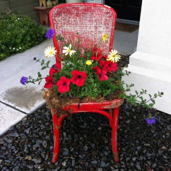 garten-dekoration-stühle-in-blumenkübel-verwandeln-rot-dekoelement