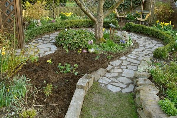 Gartenwege anlegen kreative beispiele for Gartengestaltung um einen baum