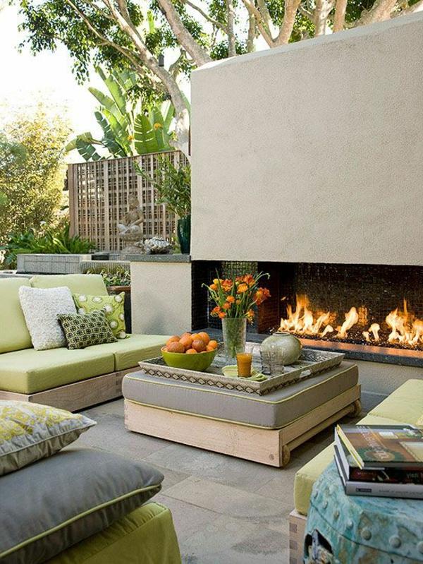 gartenkamin-sofas-schones-gartendesgin-grüne-kissen