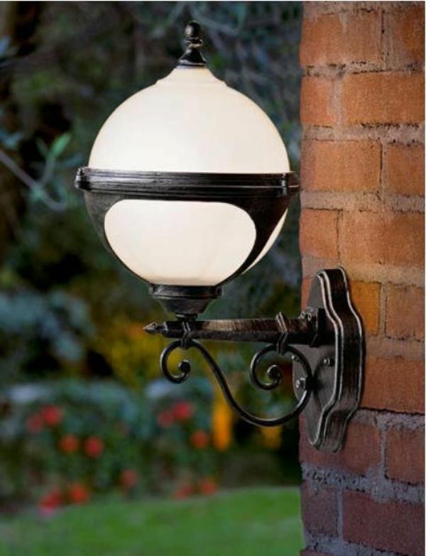 neue-gartenleuchten -gartenlampe-weiß-an-der-wand