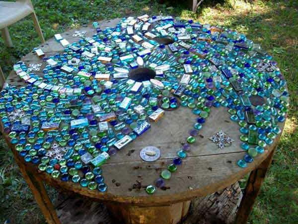 gartentisch-aus-mosaik-blau-und-wunderschön