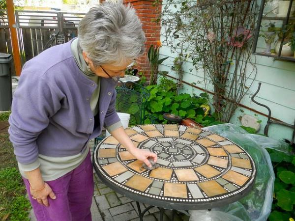 gartentisch-aus-mosaik-eine-frau-daneben