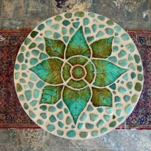 gartentisch-aus-mosaik-foto-von-oben-genommen