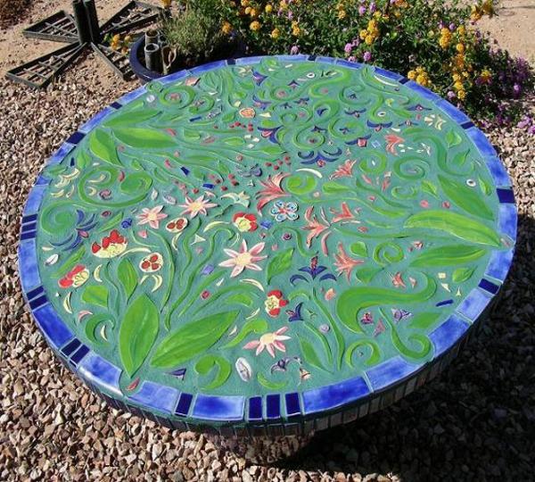 gartentisch-aus-mosaik-grüne-farbe