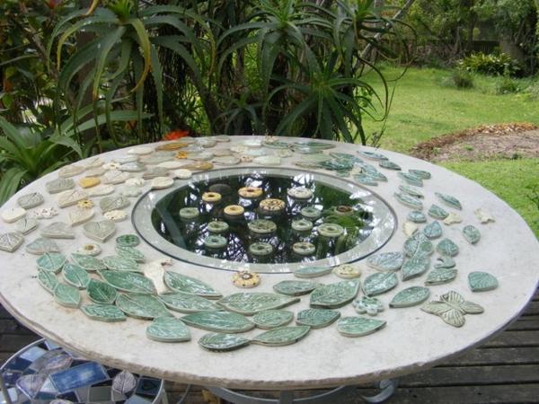 gartentisch-aus-mosaik-kreative-gestaltung