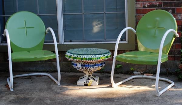 gartentisch-aus-mosaik-mit-zwei-stühlen