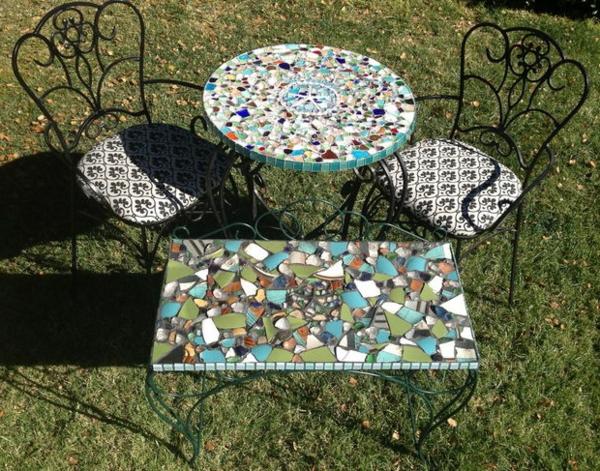gartentisch-aus-mosaik-moderner-look
