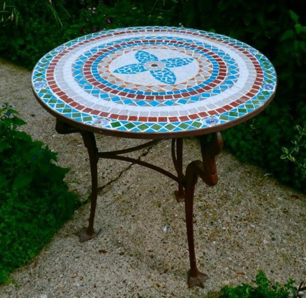 gartentisch-aus-mosaik-runde-form