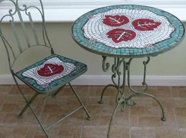 gartentisch-aus-mosaik-sehr-süß-aussehen
