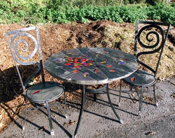 gartentisch-aus-mosaik-und-stühle-aus-eisen