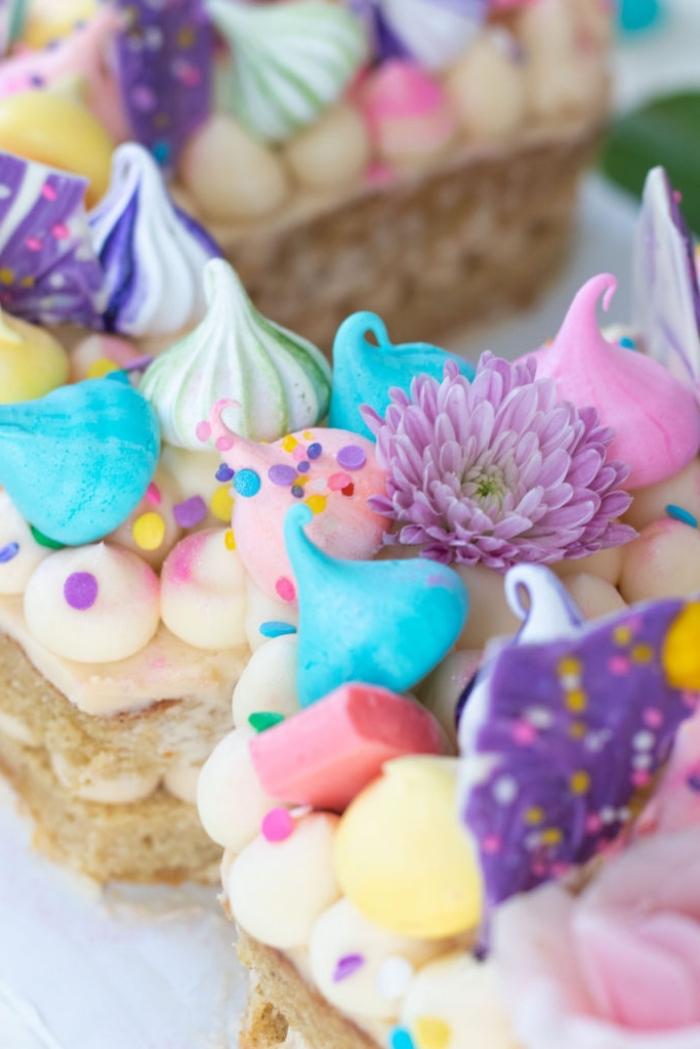 geburtstag deko ideen, torte dekoriert mit bunten meringuen, geburtstagskuchen