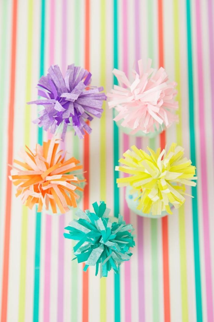 geburtstag deko selber machen, kindergeburtstag ideen, partyhüte dekroiert mit pompons aus seidenpapier