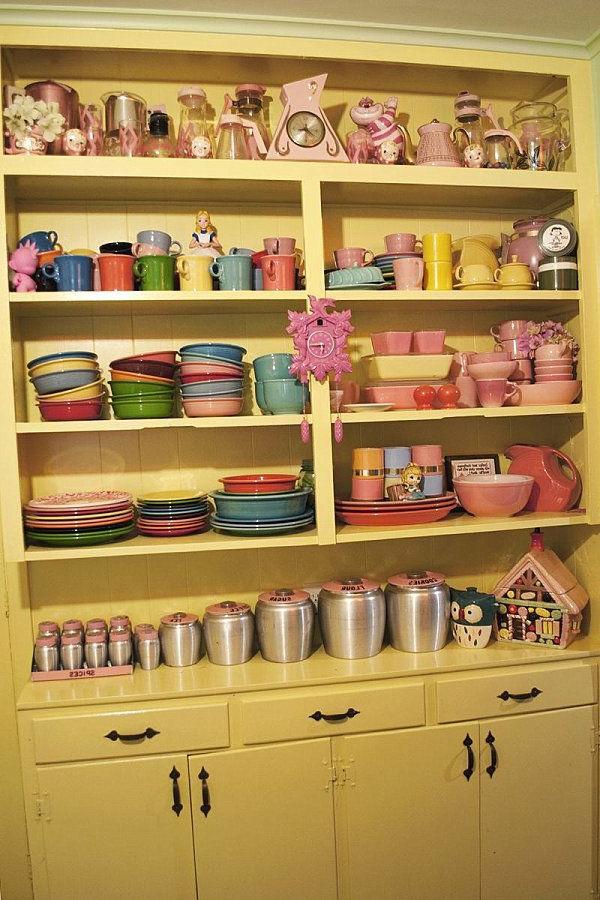 gelbe-Küchenmöbel-in-Vintage-Stil-Regale