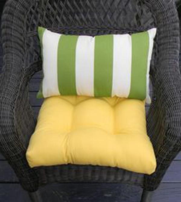 gelbe-gestreifte-Sitzkissen-für-gartenstühle-designidee