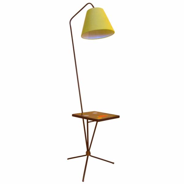 gelbe-retro-stehlampe-weißer-hintergrund - schönes modell