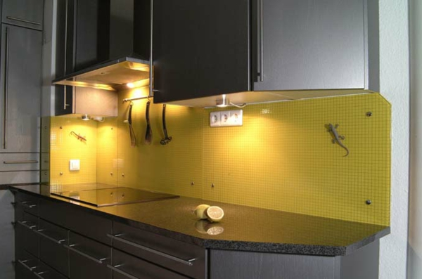 gelbe-wandpaneele-für-küche- schwarze schränke