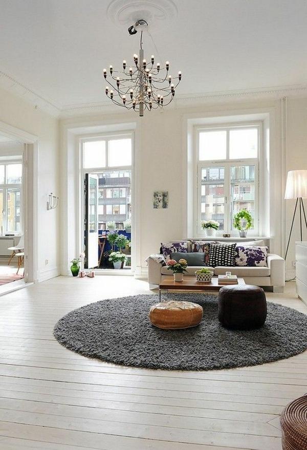 gemütliches-wohnzimmer-im-nordischen-stil- eleganter kronleuchter
