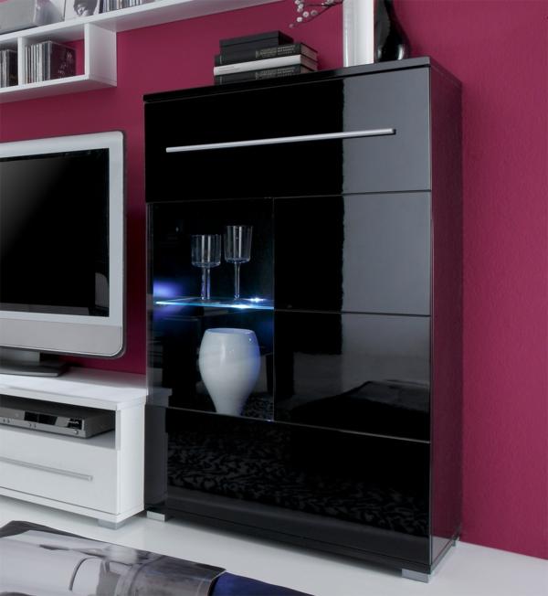 glasvitrine-in-schwarz-eine-rosige-wand-dahinter - interessante gestaltung