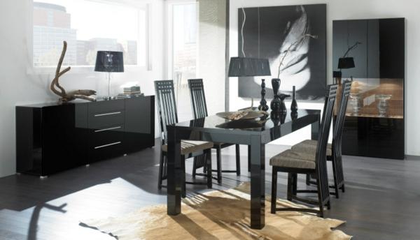 glasvitrine-in-schwarz-im-eleganten-esszimmer- mit einem großen bild an der wand